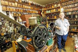 rafín Grivé, más de treinta años coleccionando molinillos de café