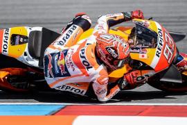 Márquez marca la pole en Brno con vacilada incluida a Valentino