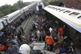 Al menos 43 muertos y decenas de heridos al chocar dos trenes en Indonesia