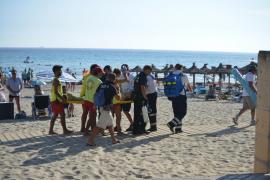 Rescatan en Peguera a una mujer que se ahogaba en la playa de Torà