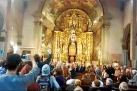 Momento en el que el grupo proabortista entra en la iglesia de Sant Miquel.