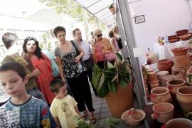 La Fira Artesana de Sant Miquel cumple diez años al calor de una jornada veraniega