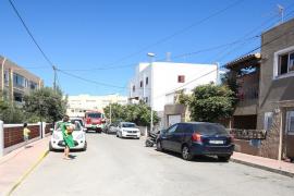 Alarma por un incendio que amenaza algunas casas en Platja d'en Bossa