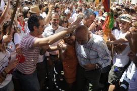 Los políticos pasan bajo el palio en las Festes de Sant Agustí de Felanitx