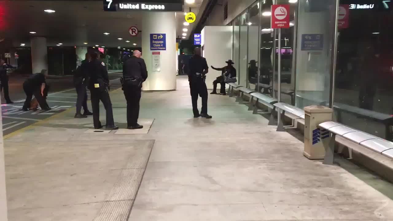 Detenido un hombre disfrazado de El Zorro por una falsa amenaza en el aeropuerto de Los Ángeles