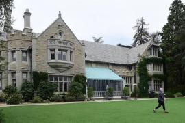 La venta de la mansión Playboy bate récords