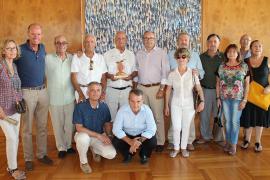 El Consell de Eivissa homenajea a un turista que visita la isla desde hace 61 años