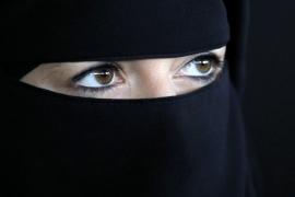 Dos 'ultras' pegan una patada en Barcelona a una embarazada con 'niqab'