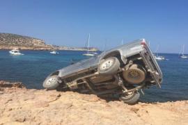 Un todoterreno queda suspendido sobre el mar en Ibiza