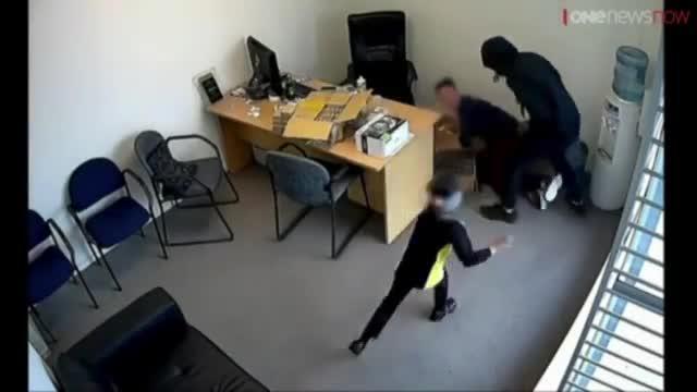 Una niña de seis años intenta impedir un robo de seis hombres armados con hachas