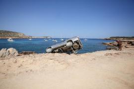 Un todoterreno queda suspendido en las rocas de Platges de Comte