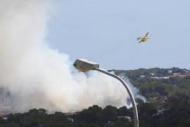Medios aéreos y terrestres combaten un incendio declarado en Es Pujols