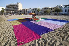 El artista Hugo Israel ocupa la playa de Es Molinar con una toalla gigante