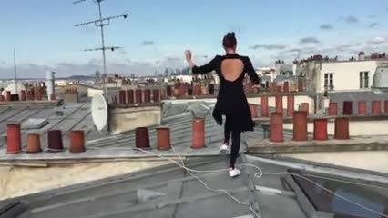 La lección de acrobacia aérea sobre los tejados de París que triunfa en la red