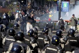 Batalla campal entre policía y 'ultras'  en la primera marcha gay de Belgrado
