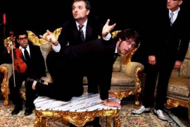 Toni Albà despliega en el Teatre del Mar con 'Brots' un humor absurdo y negro