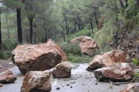 La carretera de Estellencs cortada por un desprendimiento