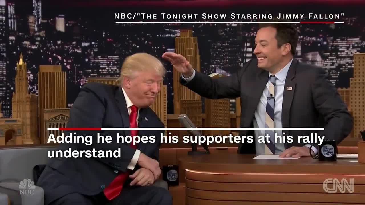 El presentador Jimmy Fallon despeina a Trump durante una entrevista