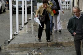 La lluvia provoca una fuga de aguas fecales en la Plaça de la Llotja