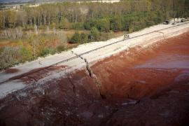 Concluye la construcción del dique para evitar otro vertido en Hungría