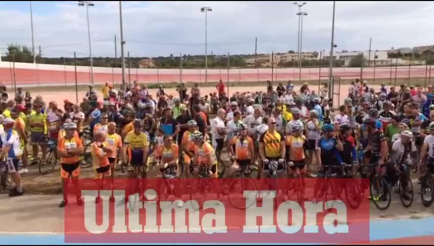 Centenares de ciclistas rinden homenaje a Biel Llull en la Voltadora de Sineu