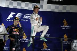 Rosberg se hace con el liderato del Mundial en Singapur, donde Alonso fue séptimo