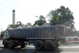 Vecinos del Port denuncian «los males» del transporte de carbón a Es Murterar
