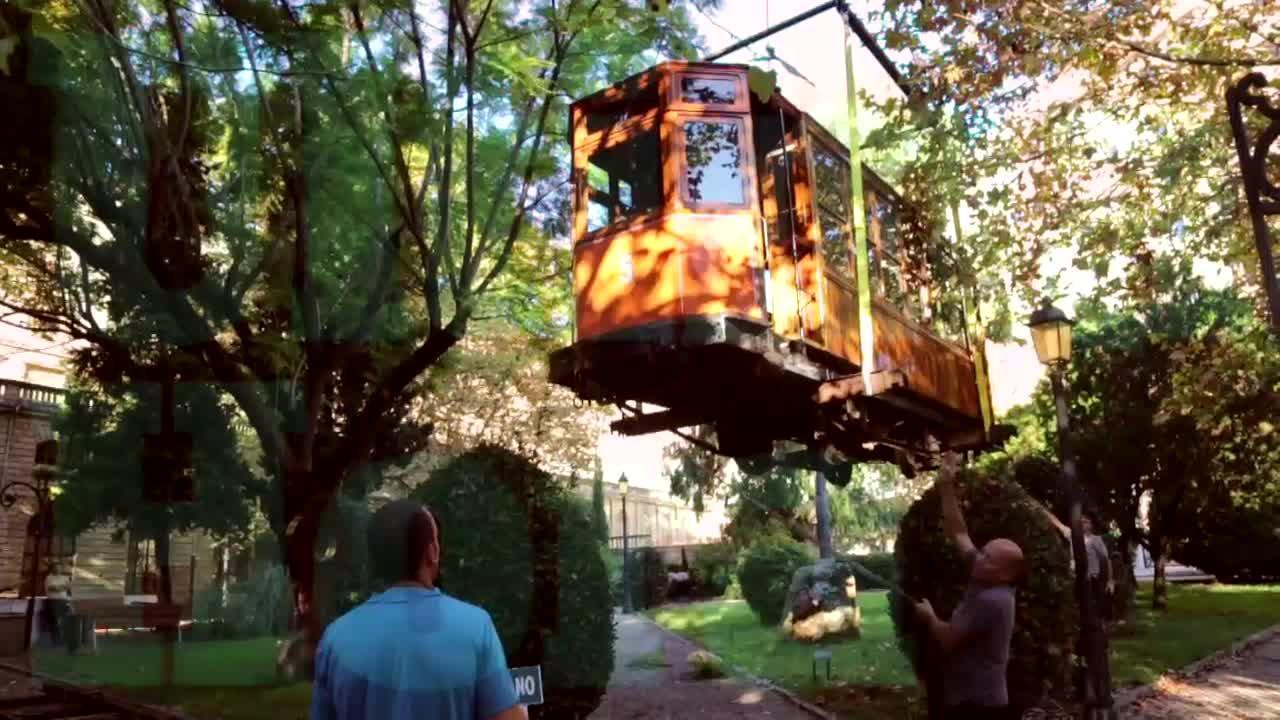 Un vagón de tranvía de 1913 llega a los jardines de la Misericòrdia