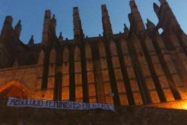 Pancarta ante la Seu en defensa de las feministas encausadas