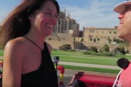 Pedida de mano sorpresa en el bus turístico de Palma