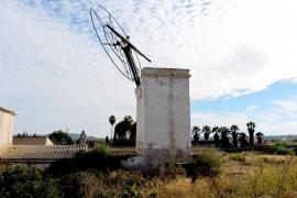 Desmontan de urgencia la maquinaria de un molino del Pla de Sant Jordi