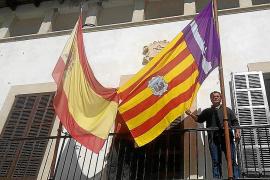 El balcón del Ajuntament de Vilafranca estrena la nueva bandera elegida por el alcalde