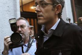 Críticos del PSOE son recibidos a gritos de «traidores» y «golpistas»