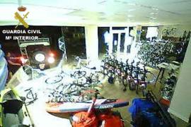 Detenidos tres alemanes que empotraron un todoterreno en una tienda para robar bicicletas