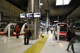 La huelga de trabajadores del SFM provoca masificaciones y retrasos de trenes