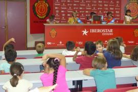 Alumnes del Ceip Ma. Antònia Salvà, visitaren l' Iberostar Estadi i Grup Serra
