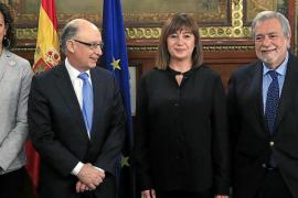 La consellera Catalina Cladera y la presidenta Francina Armengol, en una reunión con Cristóbal Montoro y Antonio Beteta