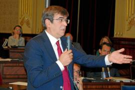Pastor avisa a Antich de que no llevar los presupuestos al Parlament va contra la ley