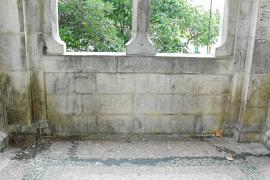 El atrio de la iglesia de Sant Bartomeu es usado de forma diaria como 'urinario público'