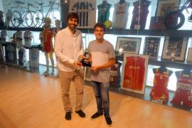 Joan Lluís Pons entrega el gorro de Río 2016 al Centro de Interpretación del Deporte