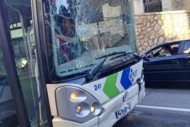 Doce heridos al estrellarse un bus de la EMT contra un coche en Son Ferriol