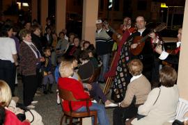 Serenatas y buñuelos en la tradicional Nit de les Verges