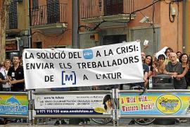 Algunos trabajadores de Televisió de Mallorca protestan por el cierre de la televisión