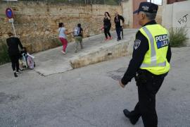 La policía ha vigilado este lunes la entrada al colegio de Son Roca