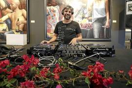 Música para dar la bienvenida a Ibiza a la galería Jorge Alcolea