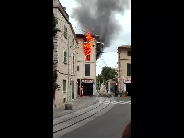Un hombre incendia su casa en Sóller