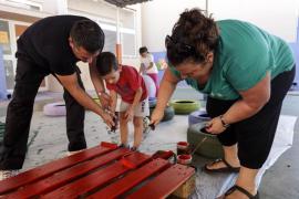 Alumnos, familias y profesores pintan el patio de Can Misses