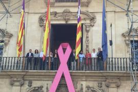 Cort cuelga un lazo rosa en su fachada contra el cáncer