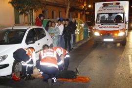 Un motorista, en estado muy grave tras chocar con dos coches en Ausías March