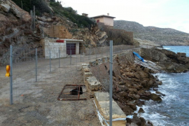 Empiezan las obras de reparación de los muros de contención de Cala Carbó, en Cala Sant Vicenç